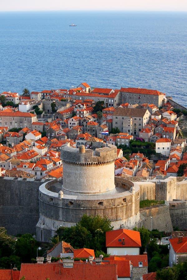 Oude stad van Dubrovnik dichtbij het overzees, grote toren royalty-vrije stock foto's