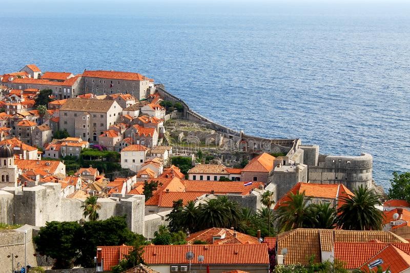 Oude stad van Dubrovnik met muren dichtbij het overzees royalty-vrije stock foto's