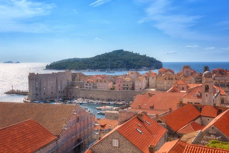 Oude Stad van Dubrovnik, vesting, zeekust en eiland Lokrum, van stadsmuur, Kroatië royalty-vrije stock afbeeldingen