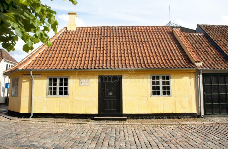 Oude stad van Odense, Denemarken Het gele huis is de geboorteplaats van Hans Christian Andersen stock fotografie
