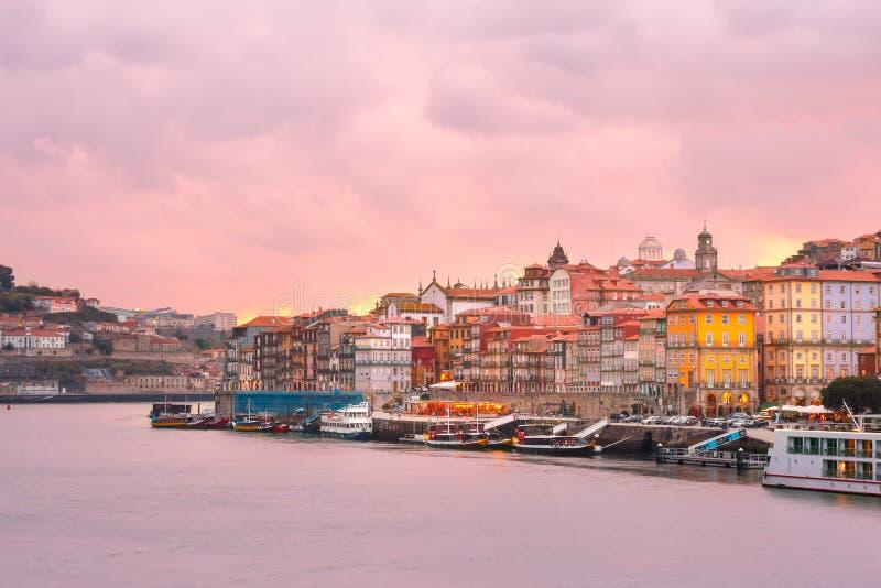 Oude stad van Porto bij zonsondergang, Portugal stock afbeeldingen