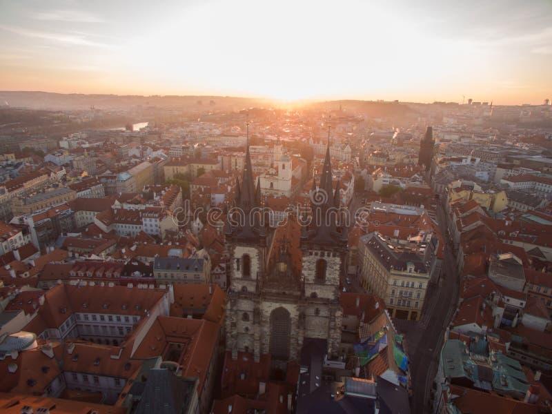 Oude Stad van Praag met Gotische Kerk, luchtmening stock foto's
