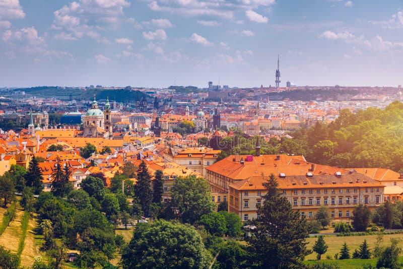 Oude stad van Praag Tsjechische Republiek over rivier Vltava met Charles Bridge op horizon De mening van het het panoramalandscha stock foto's