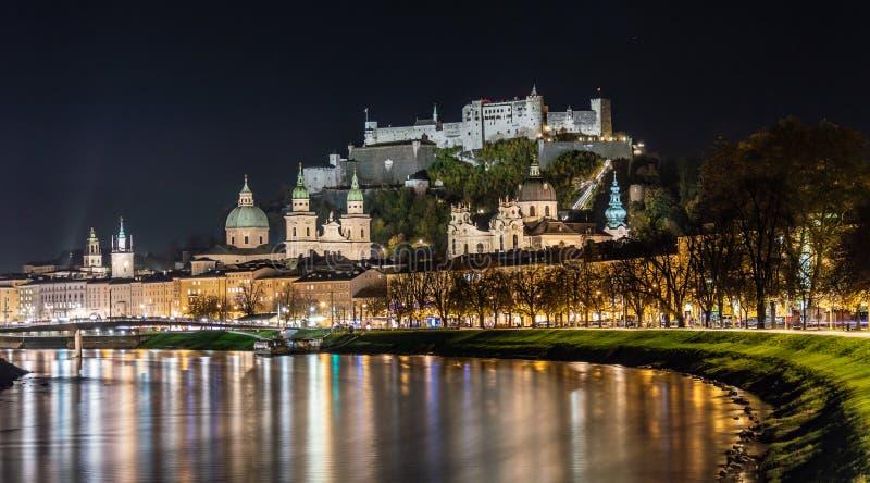Oude Stad van Salzburg en Vesting Hohensalzburg Weergeven, salzach stock foto