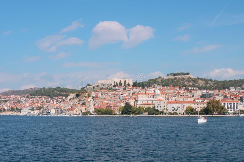 Oude stad van Sibenik, Kroatië De mening van de waterkant van het overzees stock fotografie
