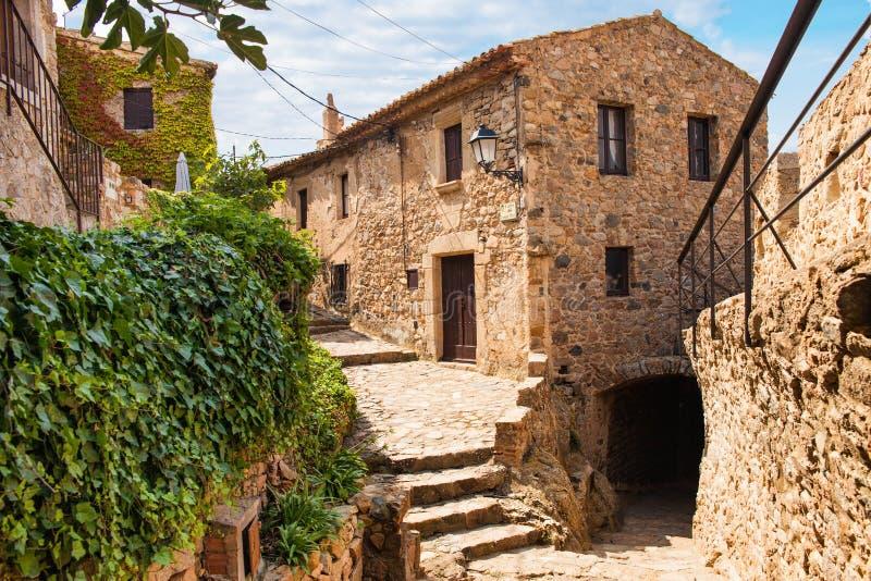 Oude Stad van Tossa de Mar Middeleeuwse gebouwen naast het kasteel Stad en oude vestingwerken Smalle straten en monumenten in royalty-vrije stock foto