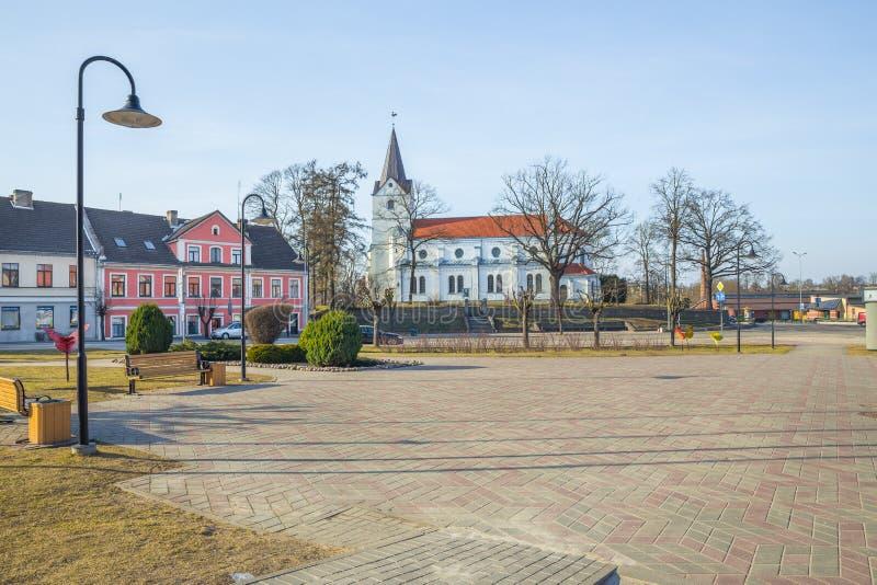 Oude stadscentrum en kerk in Saldus, Letland royalty-vrije stock afbeelding