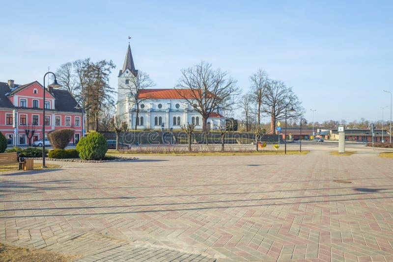 Oude stadscentrum en kerk in Saldus, Letland royalty-vrije stock fotografie