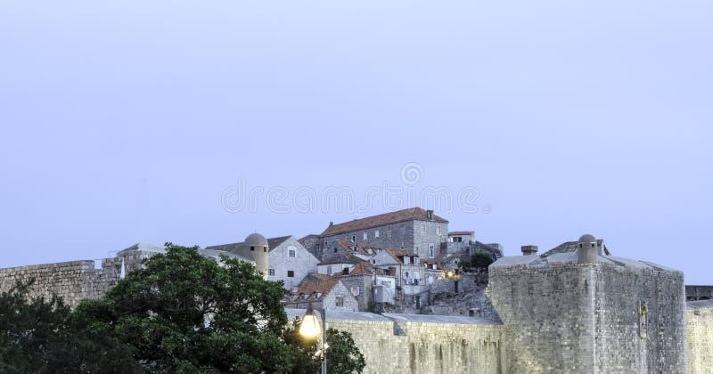 Oude stadsmuren en oude stad op de heuvel in Dubrovnik, Kroatië royalty-vrije stock afbeeldingen