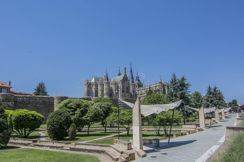 Oude stadsmuren, Kathedraal en Bisschoppelijk Paleis van Astorga stock foto