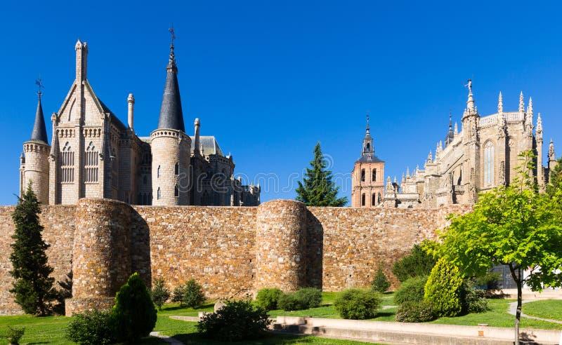 Oude stadsmuren, Kathedraal en Bisschoppelijk Paleis van Astorga stock afbeelding