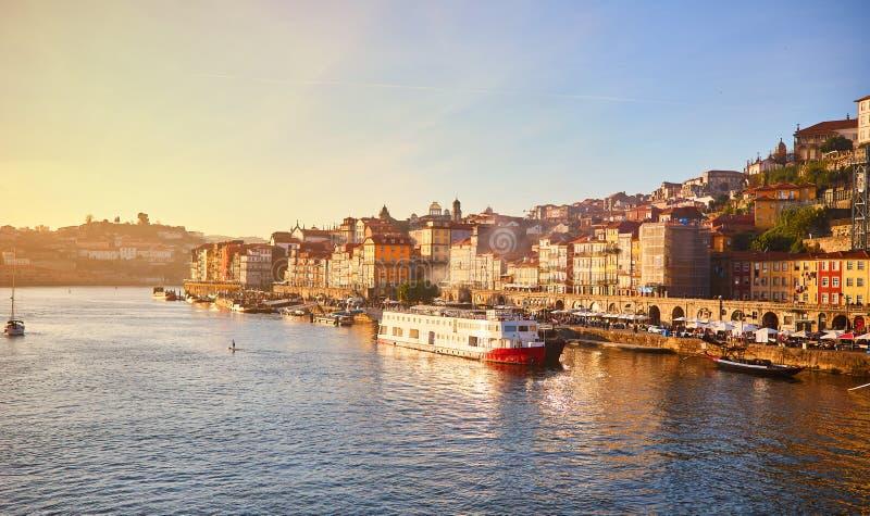 Oude stadsribeira lucht de promenademening van Portugal, Porto met kleurrijke huizen, Douro-rivier en boten Concept wereldreis, royalty-vrije stock afbeelding