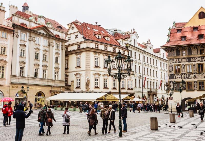Oude Stadsvierkant of Staromestske Namesti met de geschilderde voorgevel van Huis bij de Minuut of Dum-u Minuty, Praag, Tsjechisc stock foto's