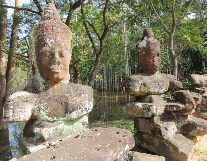 Oude standbeelden in Angkor Wat, Kambodja stock foto
