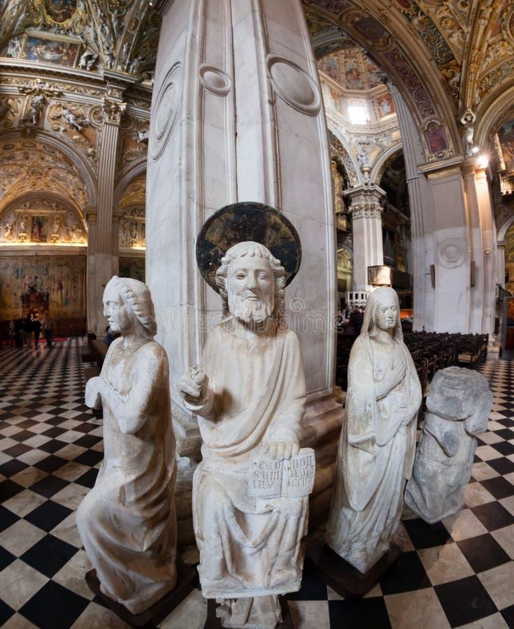 Oude standbeelden binnen de rooms-katholieke kathedraal stock fotografie
