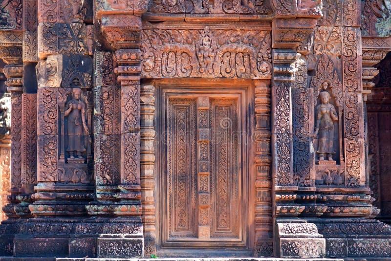 Oude standbeelden in de tempel Banteay Srei stock afbeeldingen