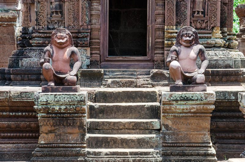 Oude standbeelden in de tempel van Banteay Srei stock foto