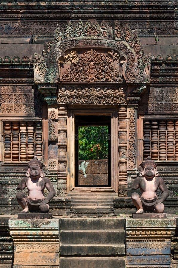 Oude standbeelden in de tempel van Banteay Srei royalty-vrije stock foto