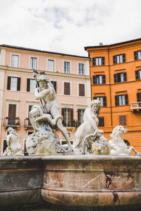 oude standbeelden op Fontein van Neptunus royalty-vrije stock afbeelding