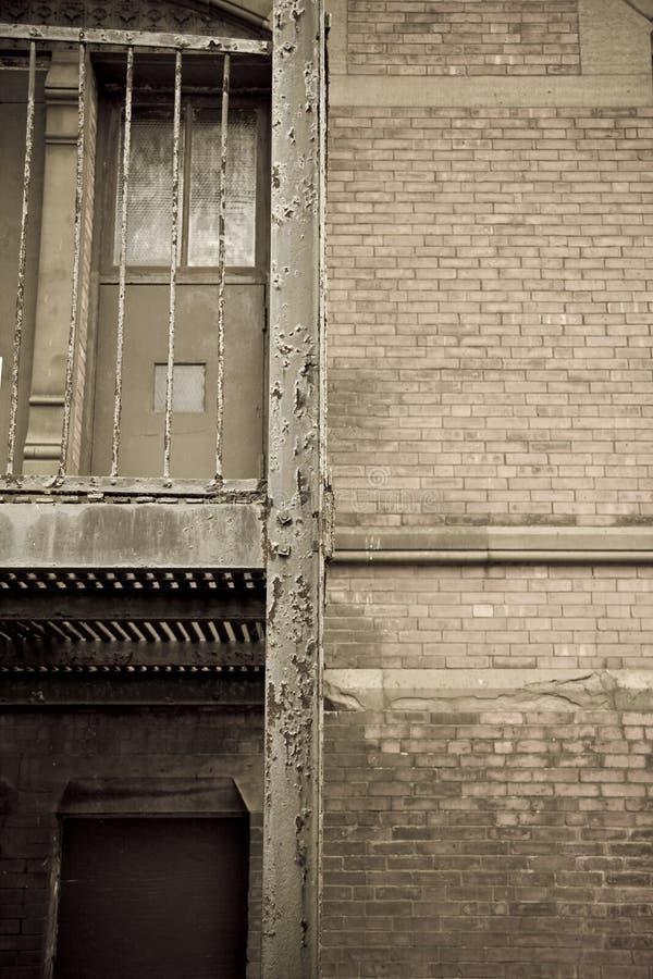 Oude stedelijke steeg stock afbeeldingen