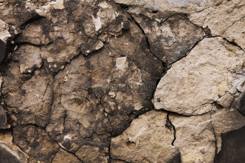 Oude steen in de barsten stock afbeelding