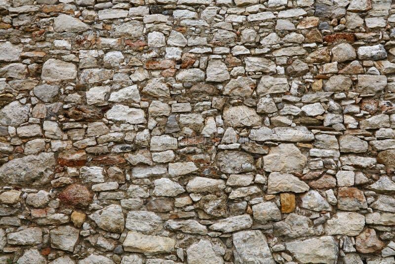Oude steen gelaagde muur van vesting of kasteel stock fotografie