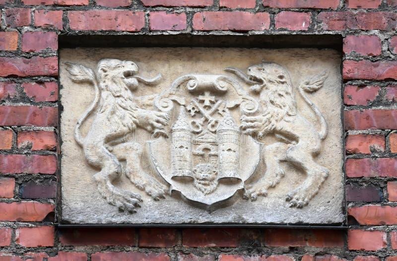 Oude steen gesneden hulp met wapenschild van Riga stock fotografie