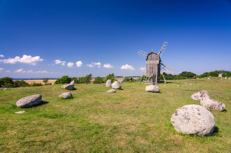 Oude steen henge en windmolen stock afbeeldingen