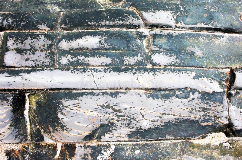 Oude steen met mos en barsten royalty-vrije stock afbeeldingen