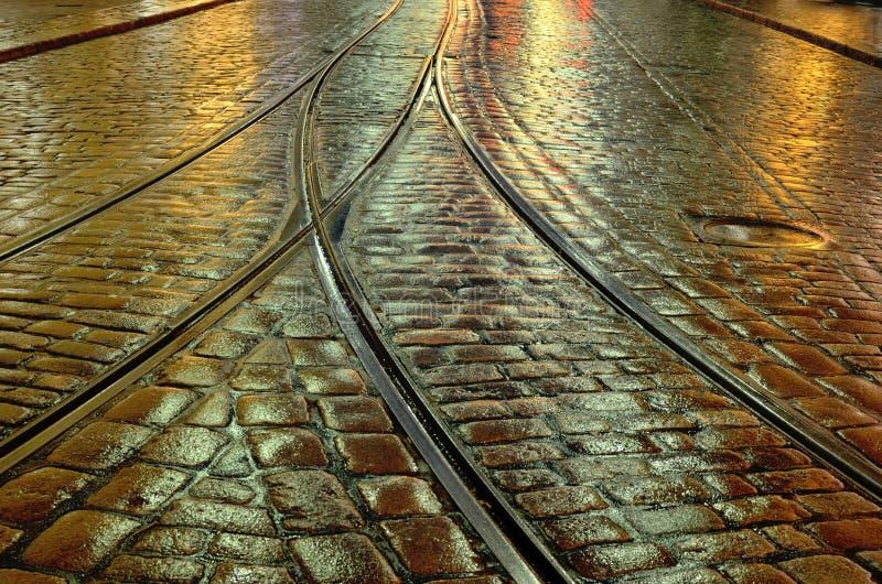 Oude steenbestrating en de tramsporen stock afbeelding