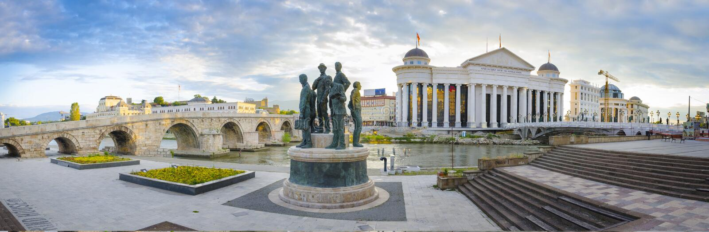 Oude steenbrug en Archeologisch museum van Macedonië royalty-vrije stock afbeeldingen