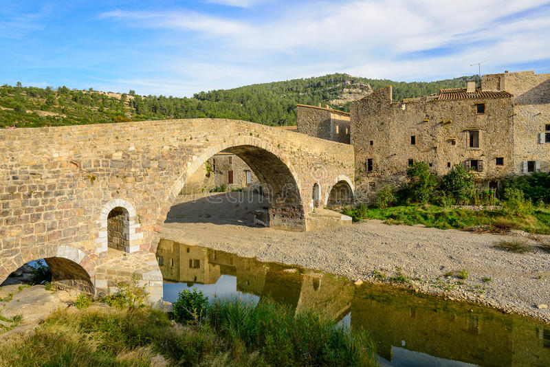 Oude steenbrug in Lagrasse in Languedoc royalty-vrije stock foto