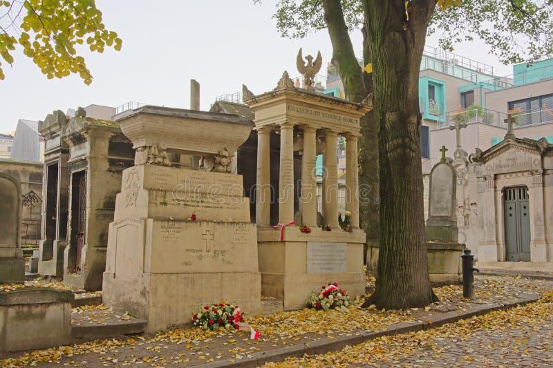Oude steengraven in de begraafplaats van Mont martre, Parijs, Frankrijk stock foto