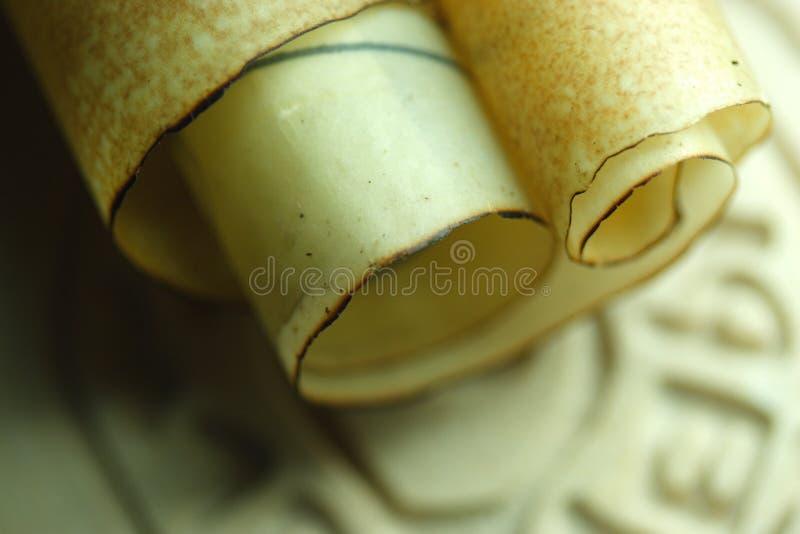 Oude steeninschrijving en perkamentrol royalty-vrije stock afbeeldingen