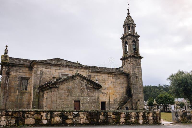 Oude steenkerk met toren en begraafplaats Middeleeuws kloosteroriëntatiepunt Mystieke buitenkant van katholieke catherdal royalty-vrije stock afbeelding