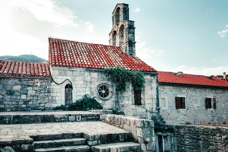 Oude steenkerk, stabiel met een rood betegeld dak in Oude Stad, Budva, Montenegro royalty-vrije stock afbeeldingen