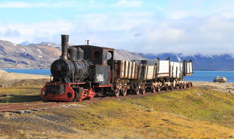 Oude steenkooltrein in Spitsbergen royalty-vrije stock foto's