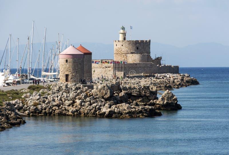 Oude steenmolen op de kust van de Middellandse Zee, Rhodos, Griekenland, de zomer royalty-vrije stock fotografie