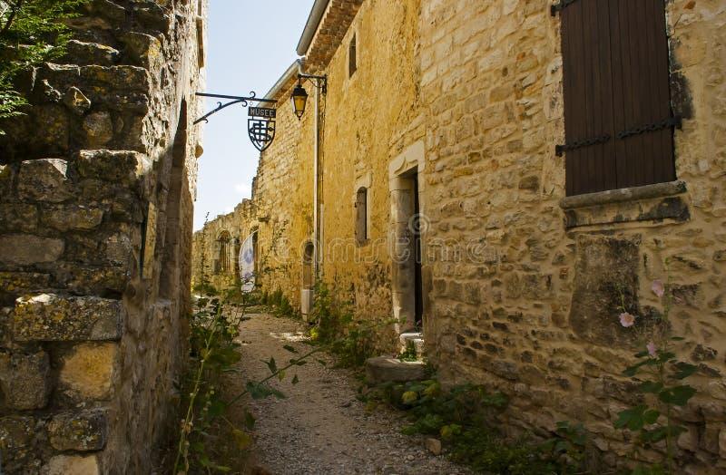 Oude steenmuren en smalle grintstraten in het historische Franse dorp van Le Poet Laval op het Drome-gebied van de Provence royalty-vrije stock foto's