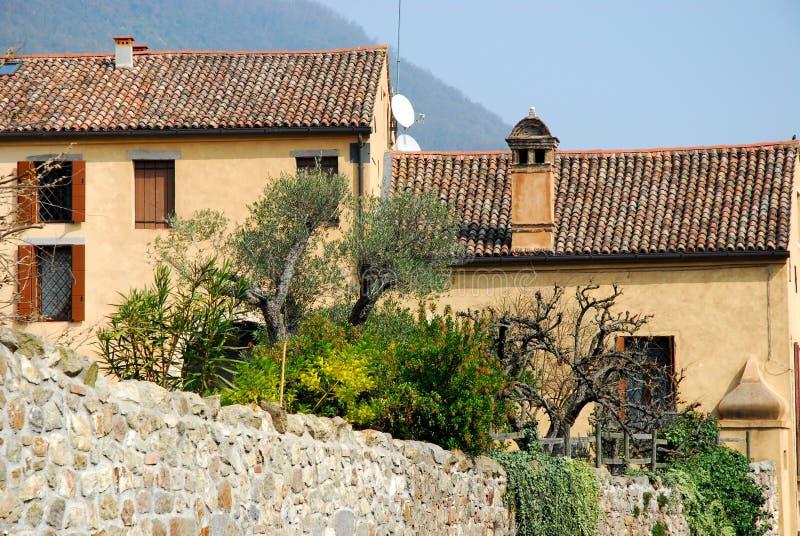 Oude steenmuren van een huis in ArquàPetrarca Veneto Italië stock afbeeldingen