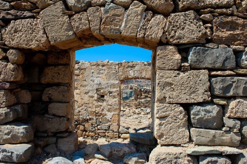 Oude steenvensters stock afbeeldingen