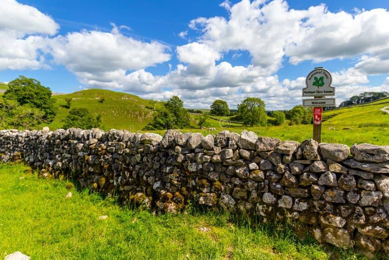 Oude, stenen muur op weg naar Malham Cove Yorkshire Dales royalty-vrije stock afbeelding