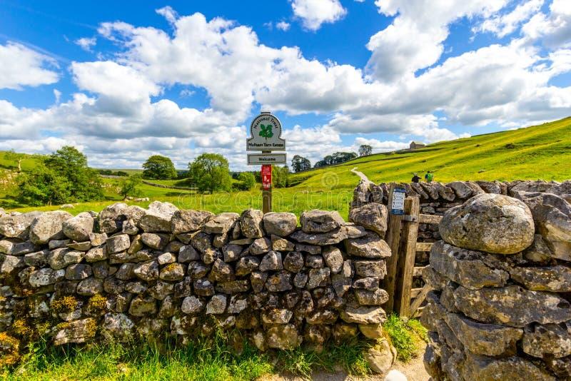 Oude, stenen muur op weg naar Malham Cove Yorkshire Dales royalty-vrije stock foto's