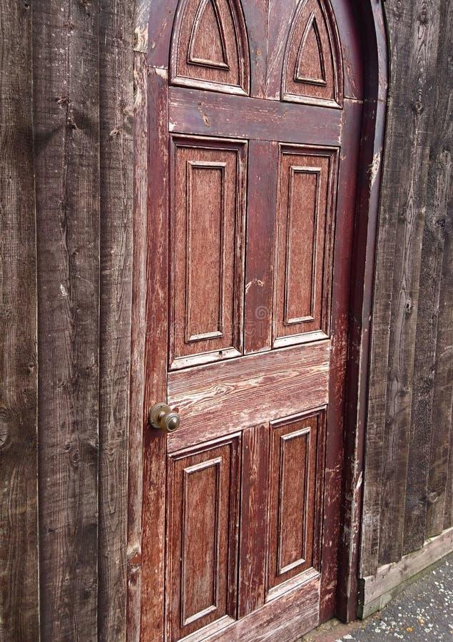 Oude stijl bruine houten deur royalty-vrije stock afbeelding