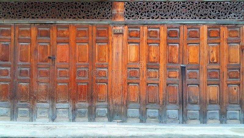 Oude stijl houten Chinees die deuren vouwen stock afbeelding