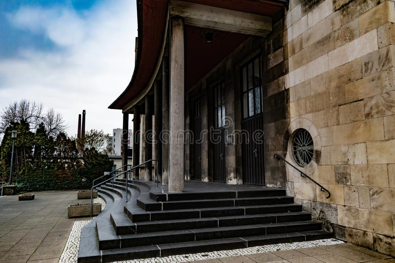 Oude stijl marmeren gotische kerk op gedeeltelijk bewolkte dag stock foto's