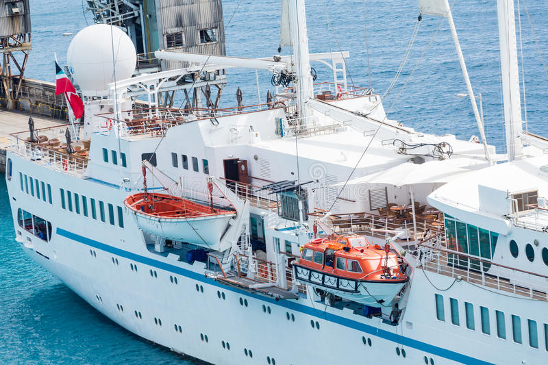 Oude Stijlreddingsboot op Klein Cruiseschip royalty-vrije stock afbeelding