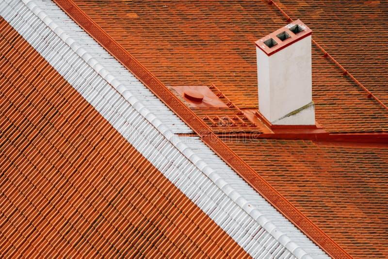 Oude stijlsinaasappel betegelde dak en schoorsteen van bovengenoemde close-up royalty-vrije stock foto