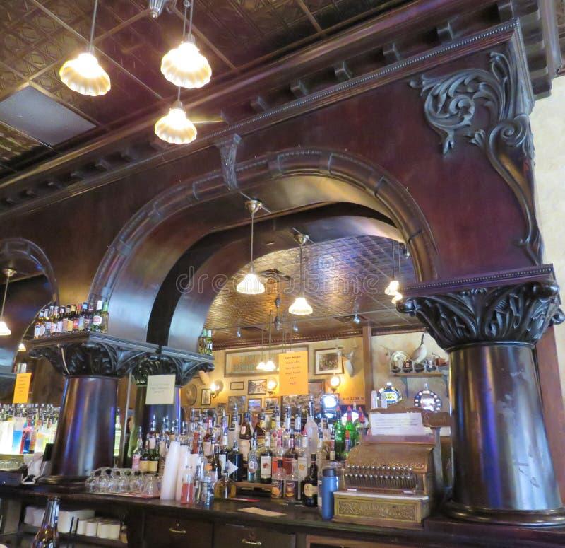 Oude Stijlzaal Nr 10, 1876, overladen bar, Wilde de Doodsstoel van Bill Hickok ` s op vertoning in historisch Deadwood-Zuid-Dakot royalty-vrije stock foto