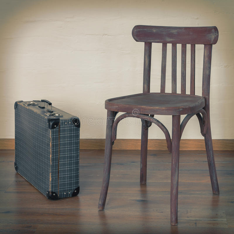 Oude stoel en een oude koffer stock afbeeldingen